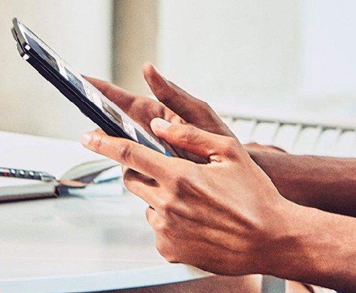 Microsoft продемонстрировал снимок безрамочного телефона Surface Phone