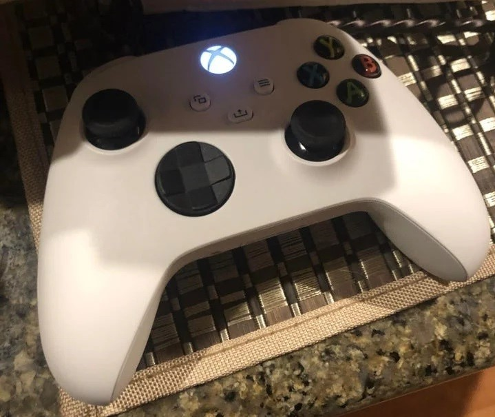 В сеть утекла фотография белого контроллера Xbox Series X